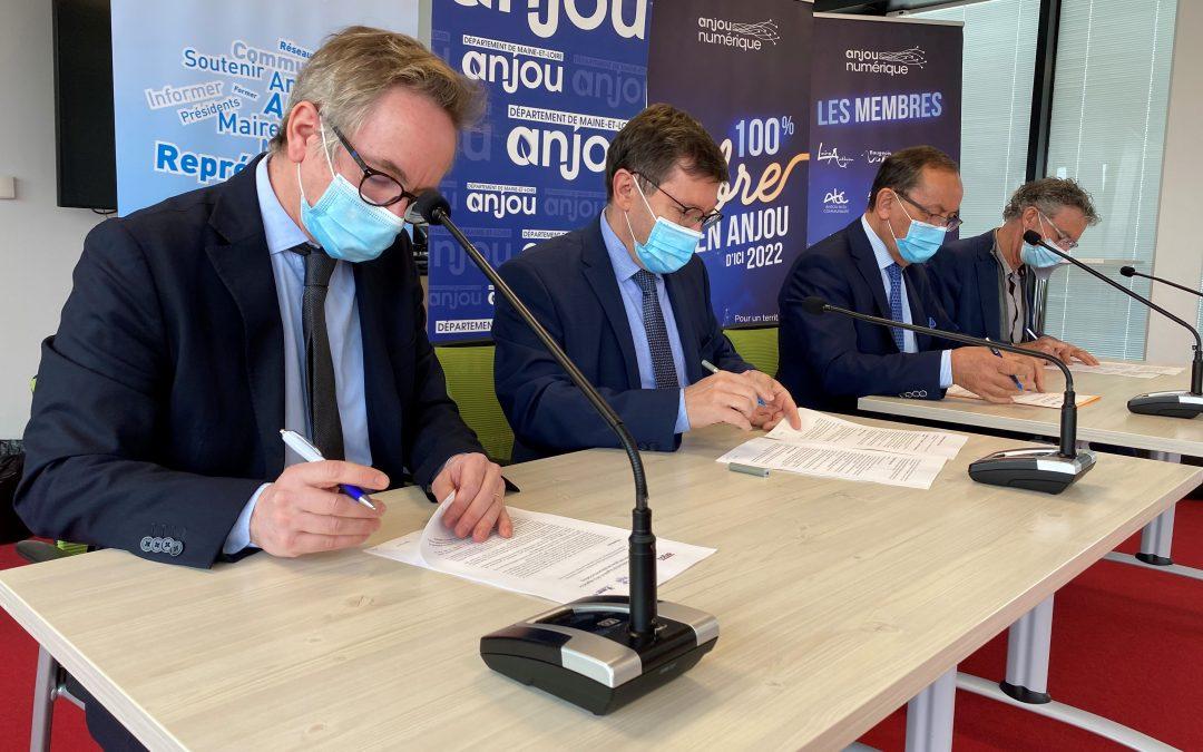 Signature d'une charte pour un élagage raisonné aux abords des réseaux de fibre optique et téléphoniques